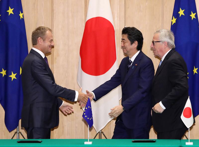 EU representatives and Japanese PM reaching an agreement on the EU-Japan Trade deal