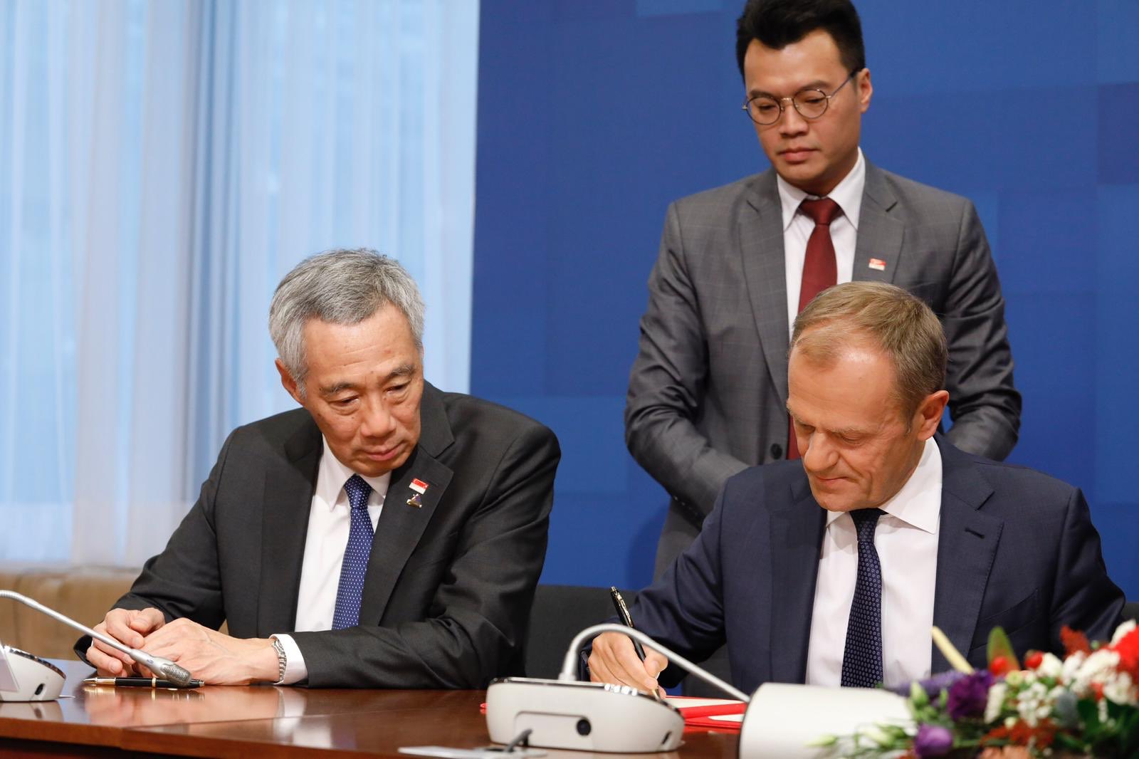Representatives of the EU and Singapore signing the free trade agreement